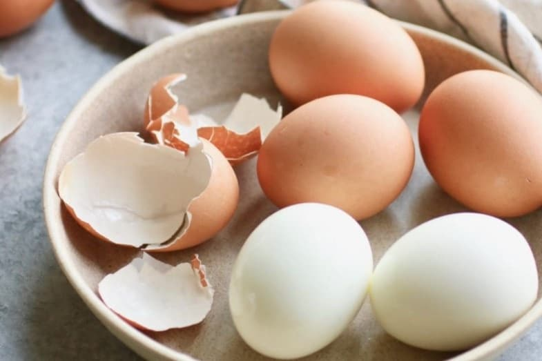how long can boiled eggs sit out