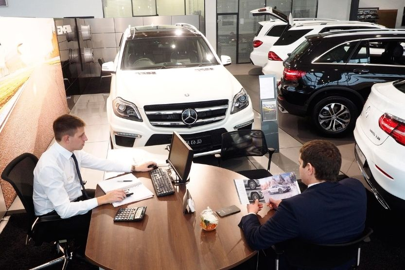 how much commission does a car salesman make