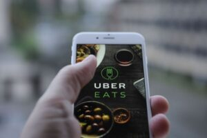 Read more about the article Uber Eats vs Postmates – What Are the Differences? [for Couriers and Customers]